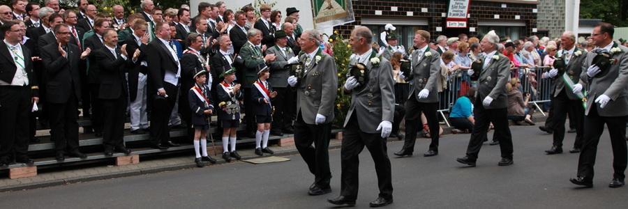Vorbeimarsch an S.M. Johannes II. im Juni 2012 (Foto Heiner Jesse)